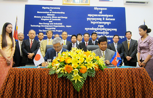 NEDO Chairman Furukawa and Cambodian Prime Minister Samdech Hun Sen  at the MOU signing ceremony