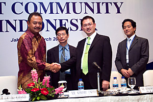 Release of a joint statement (Dr. Luky Eko Wuryanto, Deputy Minister for Infrastructure and Regional Development, Coordinating Ministry for Economic Affairs of Indonesia (left), Mr. Masanori Tsuruda, Director for Policy Planning and Research, Information Economy Division, Commerce and Information Policy Bureau, Ministry of Economy, Trade and Industry of Japan (METI) (second from the right))