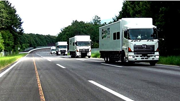 大型トラック4台による隊列走行実験風景