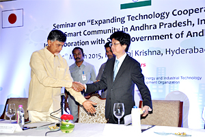 Chief Minister Naidu of Andhra Pradesh and NEDO Executive Director Kuniyoshi shaking hands