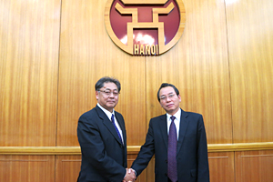 NEDO Executive Director Tsuchiya with Mr. Khanh, Vice Chairman, Hanoi People's Committee