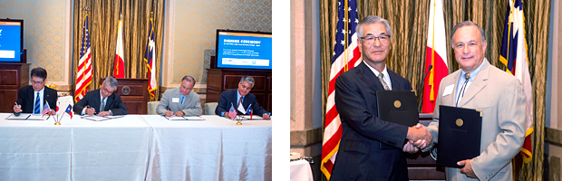 NEDO Executive Director Ueda and Texas Secretary of State Cascos signing MOU