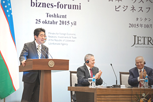 photo: The business forum (left: Prime Minister Abe)