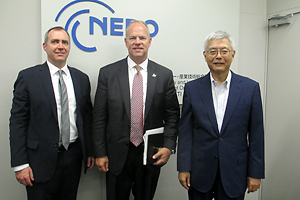 Photo Governor Matthew Mead(center)and NEDO Chairman Furukawa(right)