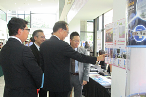 photo: Director General Pasu Loharjun of the Department of Industrial Promotion of the Thai Ministry of Industry visiting the NEDO booth (center)