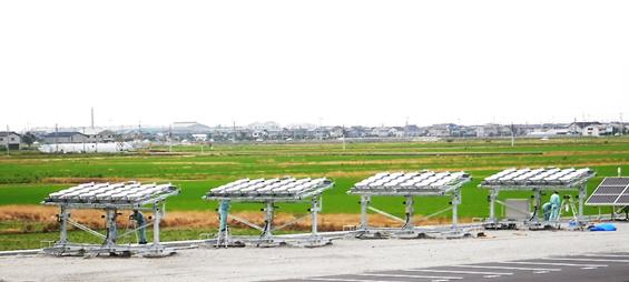 実証試験を開始する追尾集光型太陽エネルギー回収システムの写真