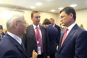NEDO Chairman Kazuo Furukawa having a conversation with Minister of Energy of Russian Federation Alexander Novak before the session