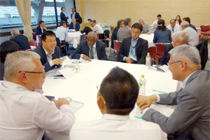 Chairman Kazuo Furukawa having a discussion with other participants