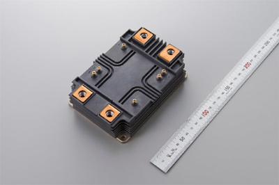 図1 世界最高の定格出力密度9.3kVA/cm3を実現した6.5kV耐圧フルSiCパワー半導体モジュール(開発品)