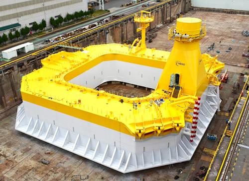 完成した次世代浮体式洋上風力発電システムのバージ型浮体写真