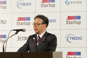 Photo of the Minister of Economy, Trade and Industry Hiroshige Seko delivering a speech on stage