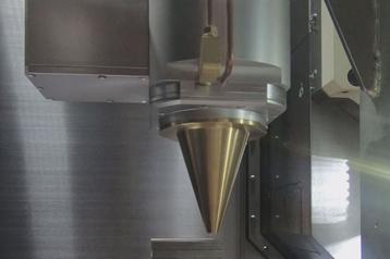 高輝度青色半導体レーザー搭載ハイブリッド複合加工機のマルチビーム加工ヘッドを表した写真