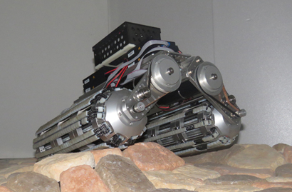 円形断面型クローラーを搭載した車両(凹凸路面上の移動)