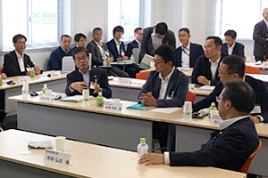 Photo of METI Minister Seko and NEDO Chairman Ishizuka participating in group discussion