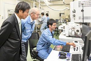 Photo of Dr. Yoshino and Chairman Ishizuka confirming results of analysis for all-solid-state lithium-ion battery
