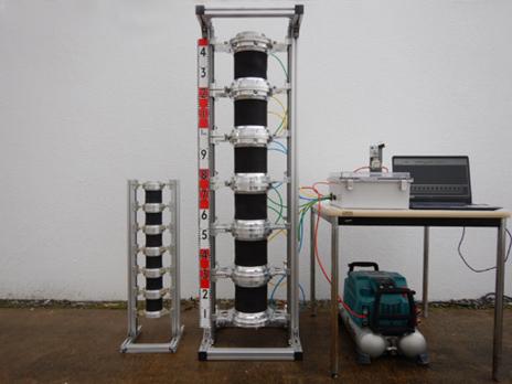 土砂搬送用ぜん動ポンプの写真(左は小型機、右は大型機)