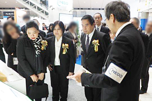 Photo of delegation from Thailand's Ministry of Foreign Affairs visiting NEDO booth